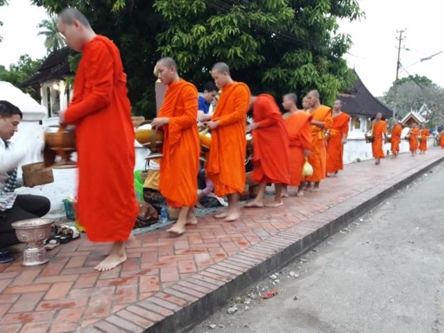 Tak Bat (Ceremonia Składania Darów) - Luang Prabang - fot. Jerzy Kostrzewa