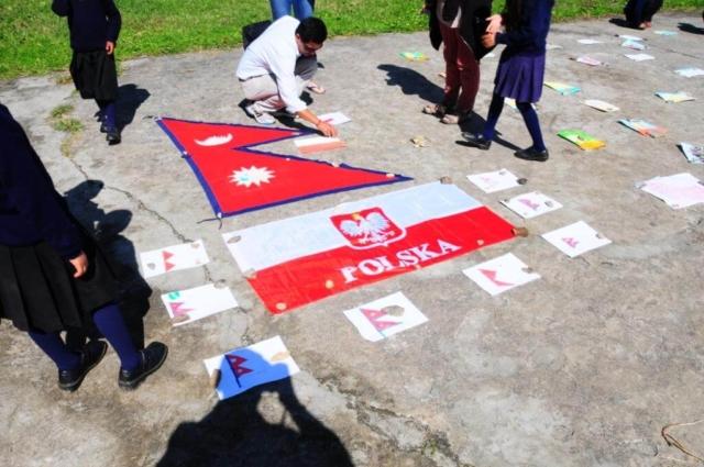 Dziedziniec szkoły w wiosce Gandrung, wystawa prac dzieci nepalskich i polskich - fot. Jerzy Kostrzewa