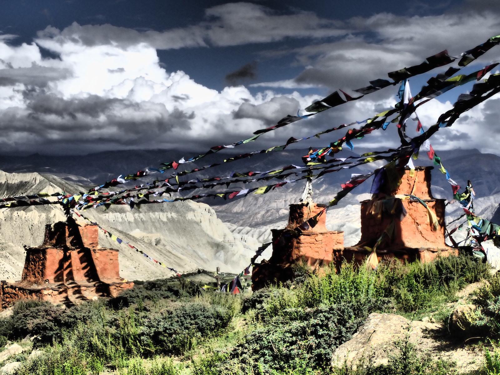 Stupy na trasie treku w Mustangu - fot. Jerzy Kostrzewa