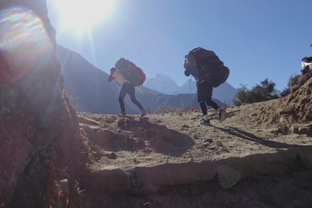 Tragarze na treku pod Everest (fot.Jerzy Kostrzwa)