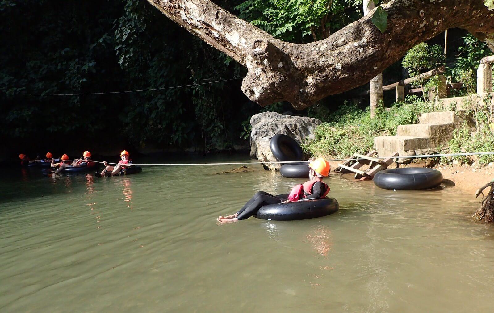Tubing do jaskini - Laos - fot. Jerzy Kostrzewa