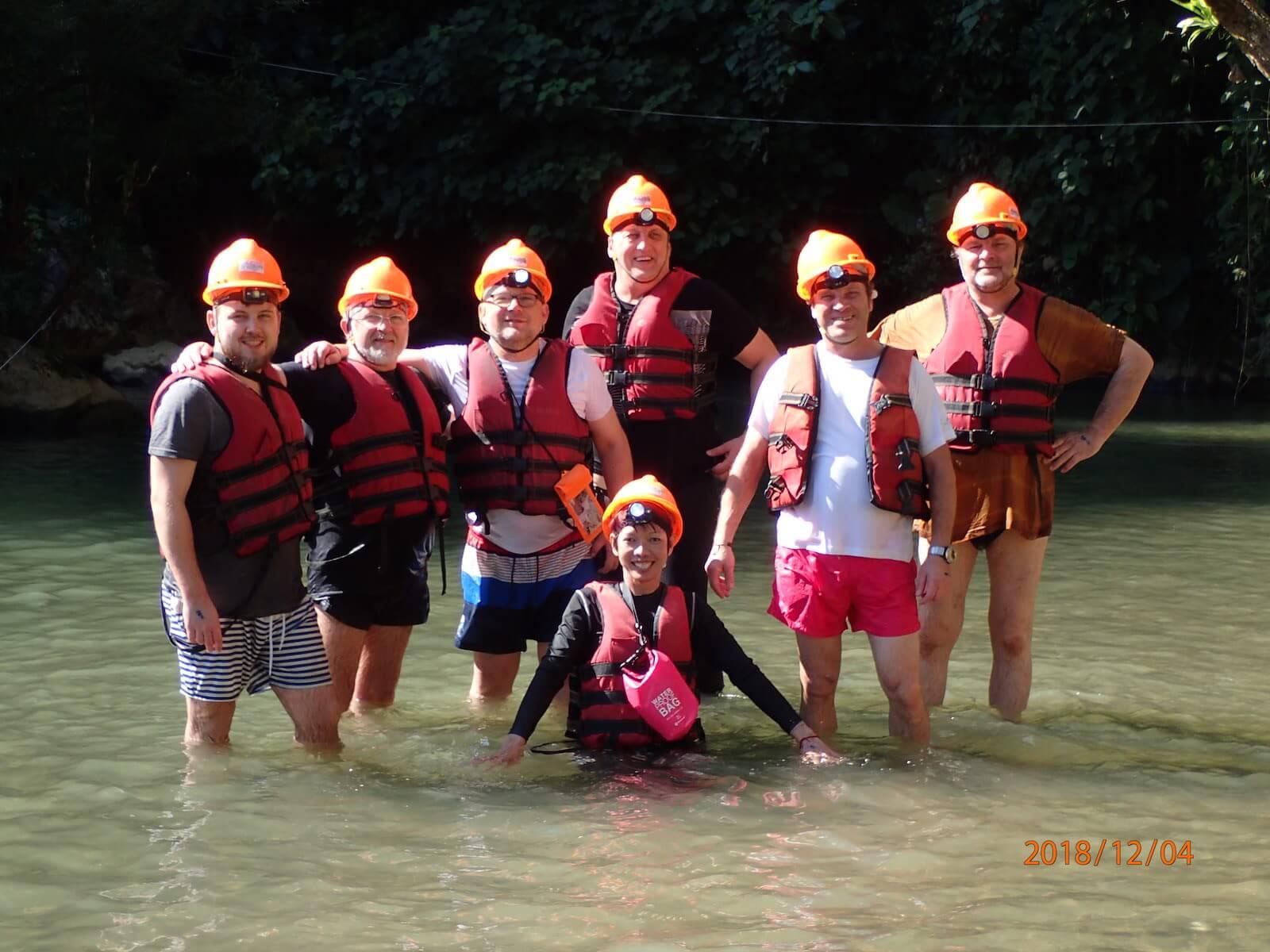 Nasza grupa adventure po tubingi w jaskini w Laosie - fot. Jerzy Kostrzewa