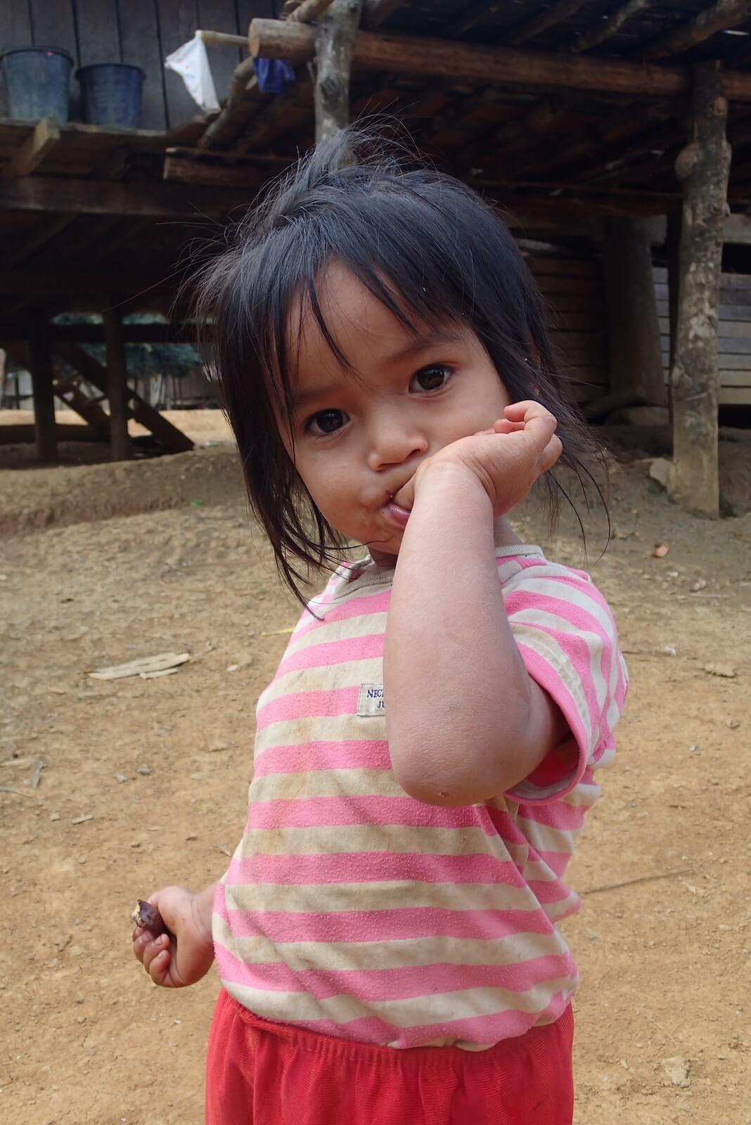 Dziecko w wiosce na treku w górach pólnocnego  Laosu (fot.Jerzy Kostrzewa)