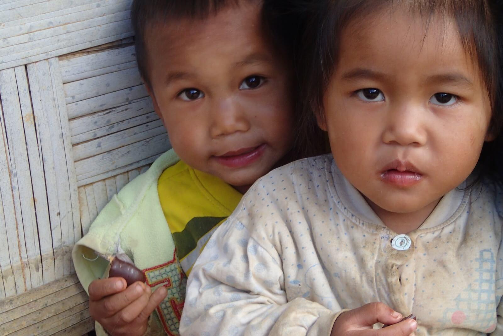 Dzieci w wiosce na treku w górach pólnocnego  Laosu (fot.Jerzy Kostrzewa)