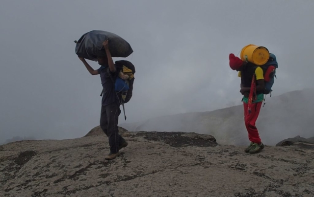 Ciężka praca tragarzy , Kilimanjaro , fot. Jerzy Kostrzewa