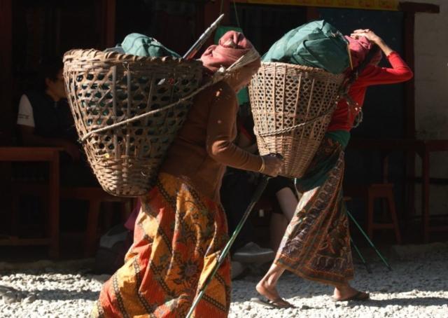 Kobiety tragarki pod Annapurną fot. Jerzy Kostrzewa