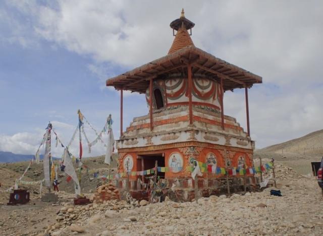 Przydrożna stupa , Mustang - fot. Jerzy Kostrzewa