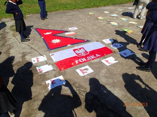 Wystawa rysunków nepalskich i polskich dzieci w szkole w Gandrungu fot. Jerzy Kostrzewa