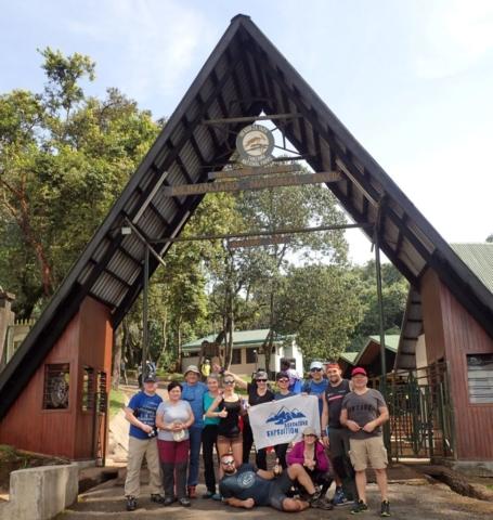 Gruapa adventure-expedition przy bramie Parku Kilimanjaro w wiosce Machame , fot. Jerzy Kostrzewa