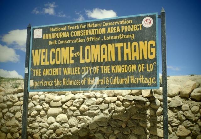 Tablica przy wejściu do stolicy Królestwa Mustang - fot. Jerzy Kostrzewa