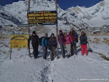 Grupa trekerów w bazie pod Annapurną (fot. Jerzy Kostrzewa)